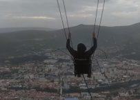 Najveća ljuljačka u BiH postavljena iznad Mostara okuplja domaće i strane turiste